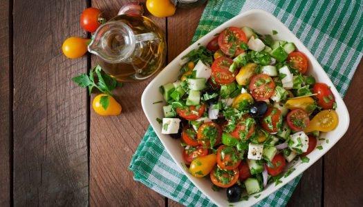 Aprenda a montar uma salada criativa e vá além das folhas!