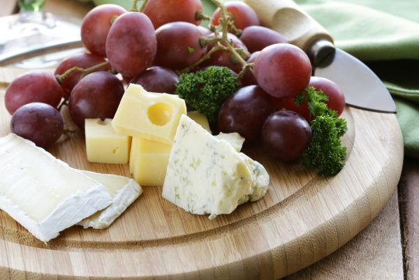 tábua de queijos uvas
