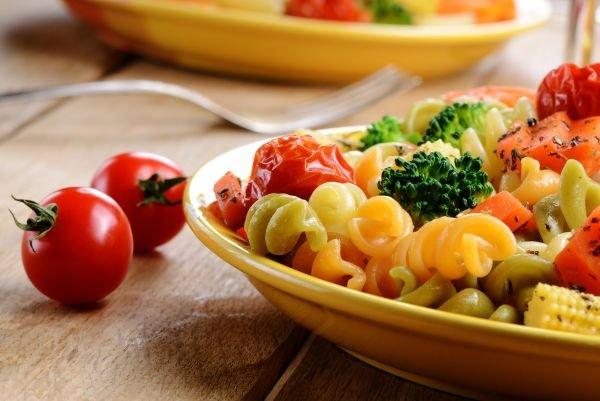 alimentação saudável - macarrão com legumes