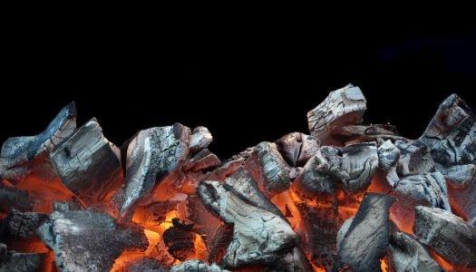 Como acender um carvão para churrasco da maneira certa?