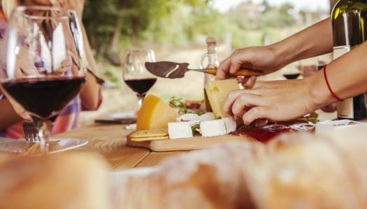 Conheça os melhores tipos de queijo para comer com vinho