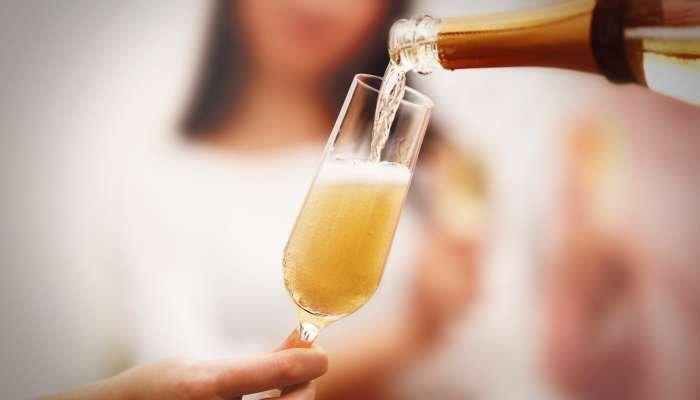 Resultado de imagem para servindo o vinho