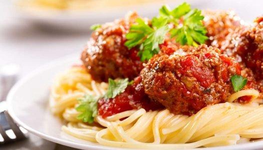 Spaguetti com Polpettone e uma taça de Chianti Riserva