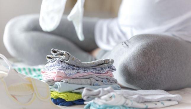 lavar a roupa do bebê organizando