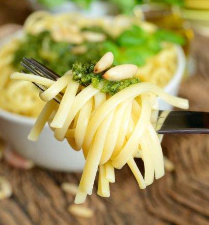 espaguete com sardinha e pinhão