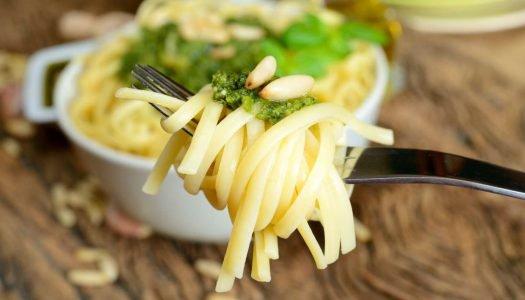 Espaguete com sardinha e pinhão com uma taça de Vaquos Verdejo