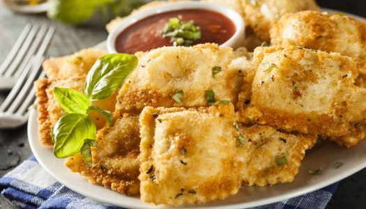 Raviolli frito e uma taça de Feudo Principi di Butera