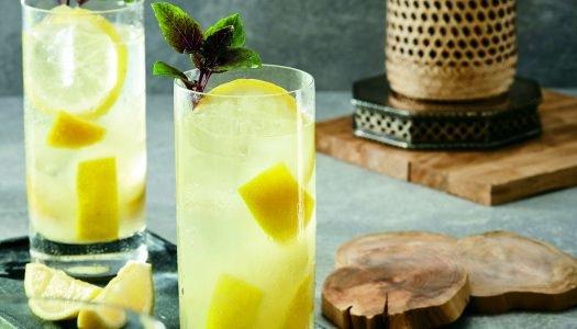 [Receita] Caipirinha de cachaça, limão-siciliano, laranja, gengibre e água de coco