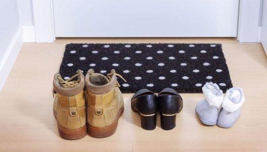 Por que tirar os sapatos antes de entrar em casa?
