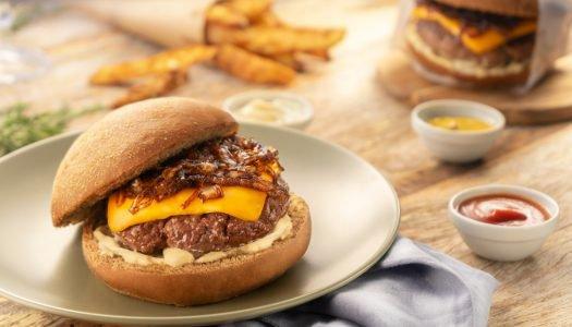 [Receita Cheftime] Hambúrguer de Costela com Cheddar, Cebola Caramelizada e Batata Rústica Crocante