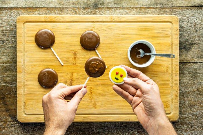 passo 5 pirulito de chocolate