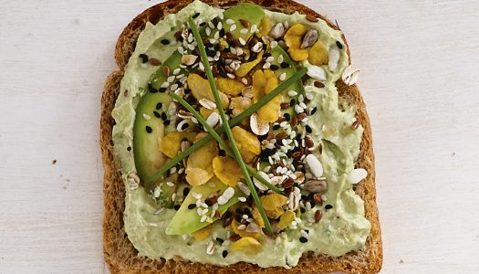 [Receita] Tartine de abacate com granola salgada