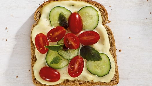[Receita] Tartine de pepino com tomate