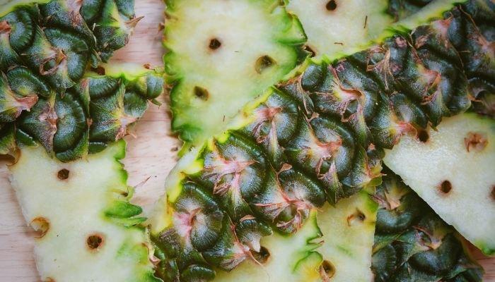casca do abacaxi pedaços