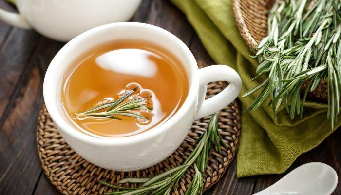 chá de alecrim xícara